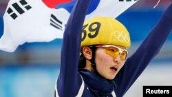 18일 러시아 소치 동계올림픽 여자 쇼트트랙 3000m 계주에서 우승한 한국 대표팀의 심석희 선수가 태극기를 들고 감격스러워하고 있다.