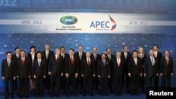 Para pemimpin 21 negara APEC berpose di sela acara KTT APEC di Vladivostok, Rusia (9/9).