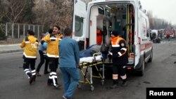 Медики увозят раненного при взрыве человека. Кайсери, Турция. 17 декабря 2016 г.