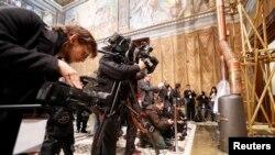 Giới truyền thông tụ tập bên cạnh lò đốt tại Nhà nguyện Sistine ở Vatican, 9/3/2013
