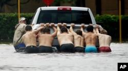 کمک به ماشینی که در آب گیر کرده است.