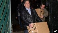 Polisi Jerman membawa kardus-kardus berisi barang milik Andreas Lubitz, dari apartemennya di Duesseldof, untuk diperiksa sebagai barang bukti.