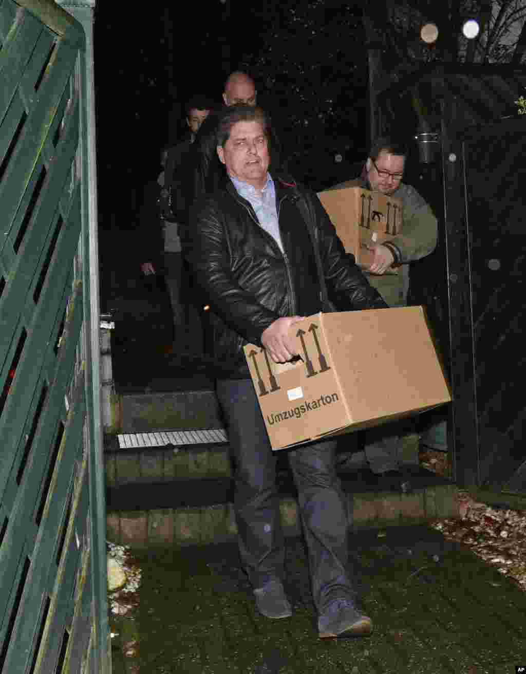 Investigators carry boxes from the apartment of Germanwings co-pilot Andreas Lubitz, in Dusseldorf, Germany, March 26, 2015.