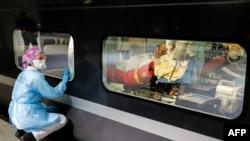 Pacijenti oboleli od Kovida-19 se transportuju brzim vozom u bolnice u drugim gradovima.