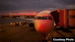 夕阳斜照飞机