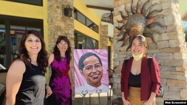 Cô Jocelyn Yow (phải) tại một sự kiện về quyền của phụ nữ tại trường tiểu học Rosa Parks. Photo Facebook Jocelyn Yow