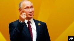 """El presidente ruso Vladimir Putin firmó en noviembre la ley que otorga poderes al gobierno para designar a medios de prensa que reciben fondos del extranjero como """"agentes extranjeros"""" e imponerles sanciones."""