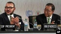 Le roi Mohammed VI, à gauche, et le secrétaire général de l'ONU, Ban Ki-moon, assistent à la séance d'ouverture de la conférence sur le climat à Marrakech, Maroc, 15 novembre 2016.