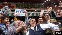 Jose Maldonado merayakan kemenangan meraih hadiah lotere di sebuah bar Maldonado, di kota Palleja, Spanyol.