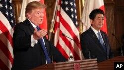 美國總統川普(左)在他的亞洲之行期間訪問日本時與日本首相安倍晉三舉行聯合記者會。 (2017年11月6日)