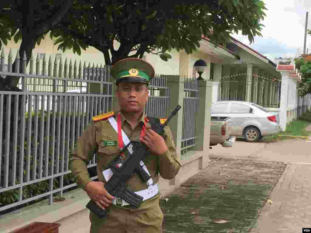 部署在主要街道上的持枪警察