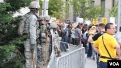 美國公民警衛軍在巴爾的摩市政大樓前站崗。