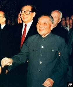 1992年10月19日,中国领导人邓小平和中共总书记江泽民会见中央委员会成员
