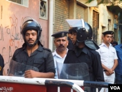Cairo authorities block roads surrounding the morgue expected to receive the bodies of many of the victims, 31 Oct. 2015. (Hamada Elrasam/VOA)