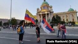 Deo okupljenih pred zgradom Skupštine Srbije u Beogradu