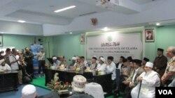 Kapolri, Ketua MUI, dan Ketua FPI menggelar konferensi pers bersama di di kantor MUI Jakarta, Senin 28/11 (Foto: Andylala/VOA).