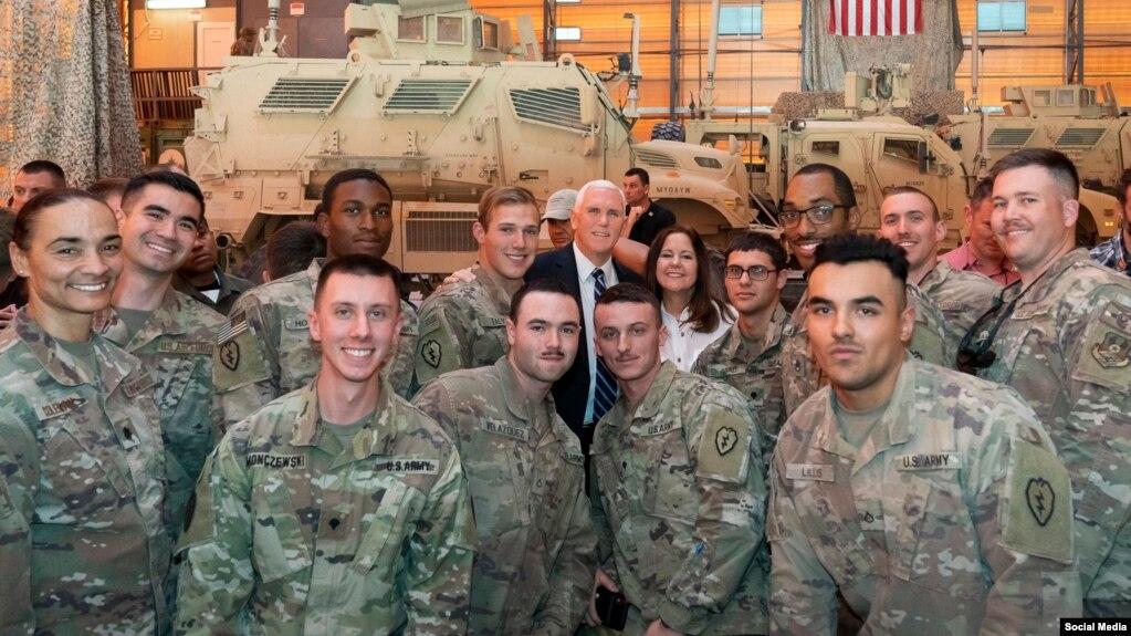 Phó Tổng thống Mỹ Mike Pence và Đệ nhị Phu nhân Karen thăm Căn cứ Không quân Al Asad ở Baghdad và phục vụ bữa ăn truyền thống Lễ Tạ ơn cho binh sĩ Mỹ.