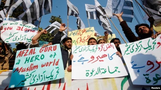Warga di Lahore, Pakistan melakukan unjuk rasa mengecam hukuman mati bagi militan Kashmir, Mohammad Afzal Guru oleh pengadilan India (9/2).