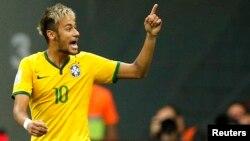 Neymar celebra su segundo gol durante el juego que Brasil ganó a Camerún, 4-1.