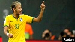 Neymar merayakan golnya yang kedua ke gawang Kamerun di Brasilia, Senin (23/6).