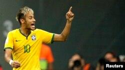 El delantero brasileño Neymar tiene permiso médico para caminar y sentarse, después de sufrir una fractura en la tercera vértebra lumbar.