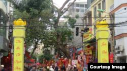 Ảnh tư liệu - Một đầu phố Hàng Mã được quây lại để biến thành chợ hoa Tết truyền thống, hoạt động từ ngày 20 tháng Chạp đến tận 30 Tết.