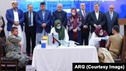 په افغانستان کې څه باندې ۵۵زره کسان په کرونا ویروس اخته شوي او څه باندې ۲زره تنه ورڅخه مړشوي دي.