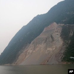 长江岸边的滑坡