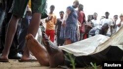 布隆迪首都附近居民2015年12月9日观看街上躺着的受害者尸体。