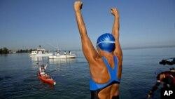 Diana Nyad, 64,saluda antes de comenzar la travesía desde La Habana hasta Florida.