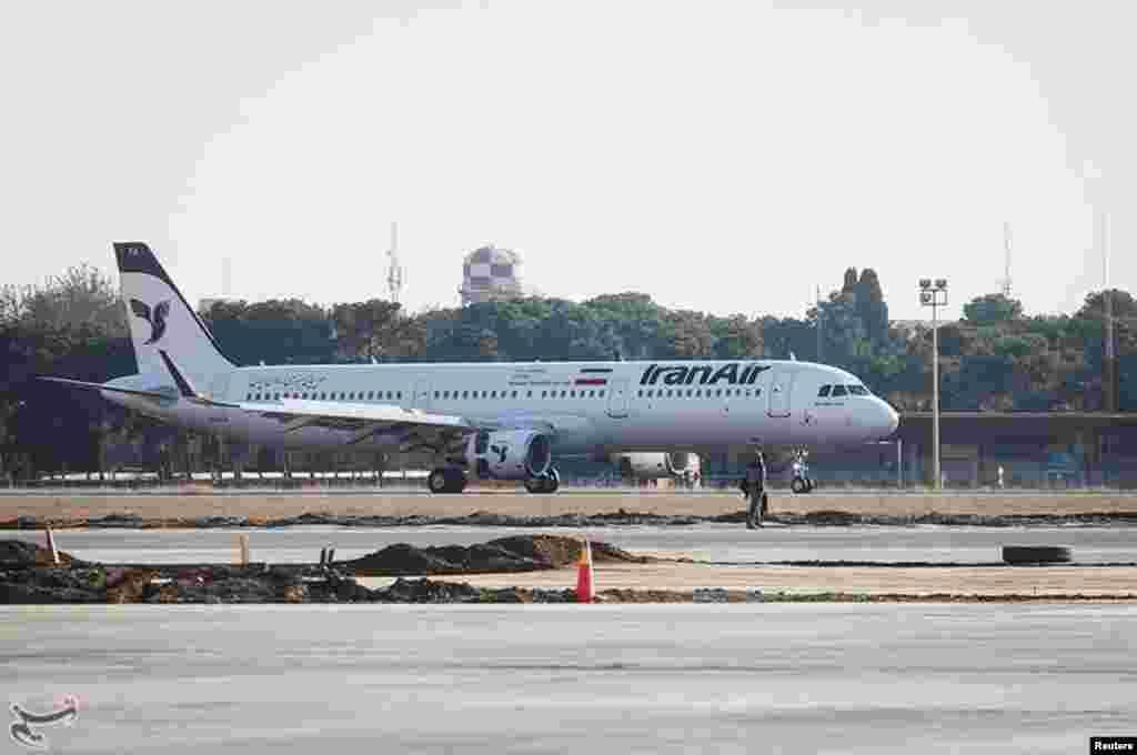 """ورود اولین هواپیمی """"ایرباس"""" خریداری شده از فرانسه به فرودگاه مهرآباد در تهران."""