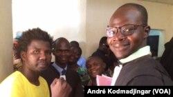 N2A Teguil, à gauche, en jaune, aux côtés de ses avocats, devant le bureau du procureur de la République, à N'Djamena, Tchad, 30 octobre 2018. (VOA/André Kodmadjingar)