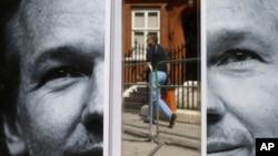 一名行人步經位於倫敦的厄瓜多爾大使館門前的阿桑奇照片