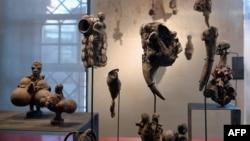 Des objets et des statuettes de la collection d'art vaudou africain sont exposés au nouveau musée des arts vaudou à Strasbourg, dans l'est de la France, le 10 janvier 2014.