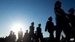 지난달 5일 중국에서 전국인민대표대회가 열린 가운데, 군 고위 지휘관들이 회의장인 인민대회당에 입장하고있다. (자료사진)