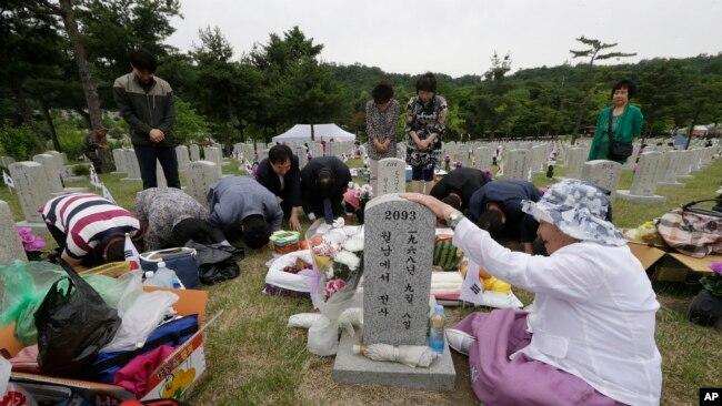 Một người phụ nữ Hàn Quốc bên mộ người chồng từng bỏ mạng trong Chiến tranh Việt Nam hôm 6/6.
