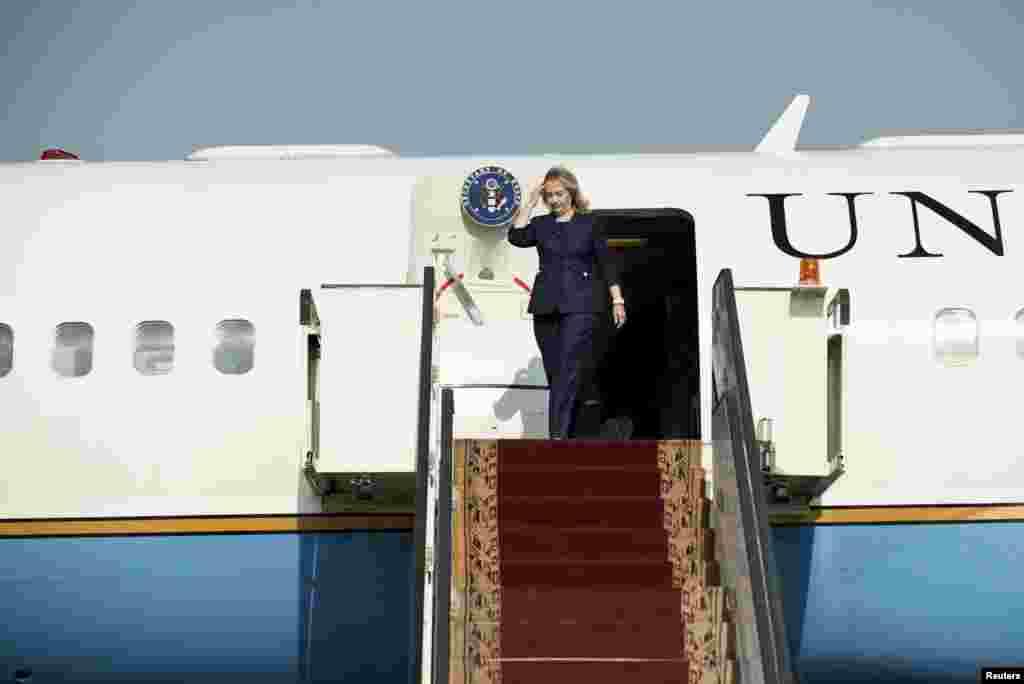 Clinton inauguró un nuevo consulado general en la segunda ciudad de egipto, aljandría. A la entrada en el complejo tuvo quye soportar los gritos de decenas de manifestantes que se quejaban por su visita.