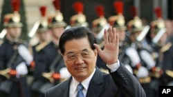 Chinese President Hu Jintao waves upon his arrival to meet French President Nicolas Sarkozy at the Elysee Palace in Paris, 04 Nov 2010