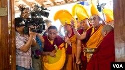 Los analistas creen que, al despojarse el Dalai Lama de sus poderes políticos, será más difícil para China influir en el curso del movimiento independentista.