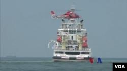 台灣與大陸每兩年舉行一次海上聯合搜救演習,雙方還首次將各自的直升機飛到對方艦艇上方,用吊掛方式將模擬的傷員送到對方的船上。(視頻截圖)