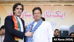 جنوبی پنجاب صوبہ محاذ کے صدر خسرو بختیار اپنے گروپ کو پاکستان تحریک انصاف میں ضم کرنے کے موقع پرعمران خان کے ساتھ ۔ 9 مئی 2018