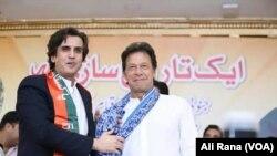 2018 کے عام انتخابات سے پہلے موجودہ وفاقی وزیر خسرو بختیار اور جنوبی پنجاب سے تعلق رکھنے والے ان کے ساتھی، مسلم لیگ نواز چھوڑ کر تحریک انصاف کا حصہ بنے تھے۔ (فائل فوٹو)