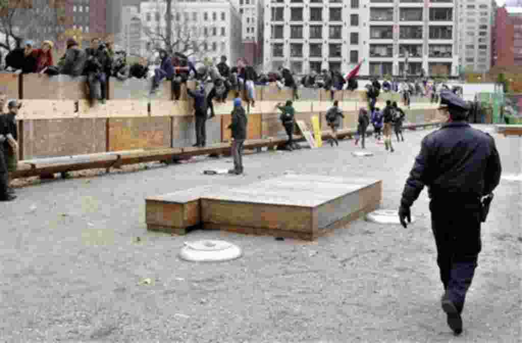Los protestantes en área cerrada las cercanías de Canal Street en Nueva York, mientras la policía intenta dispersar a la gente.