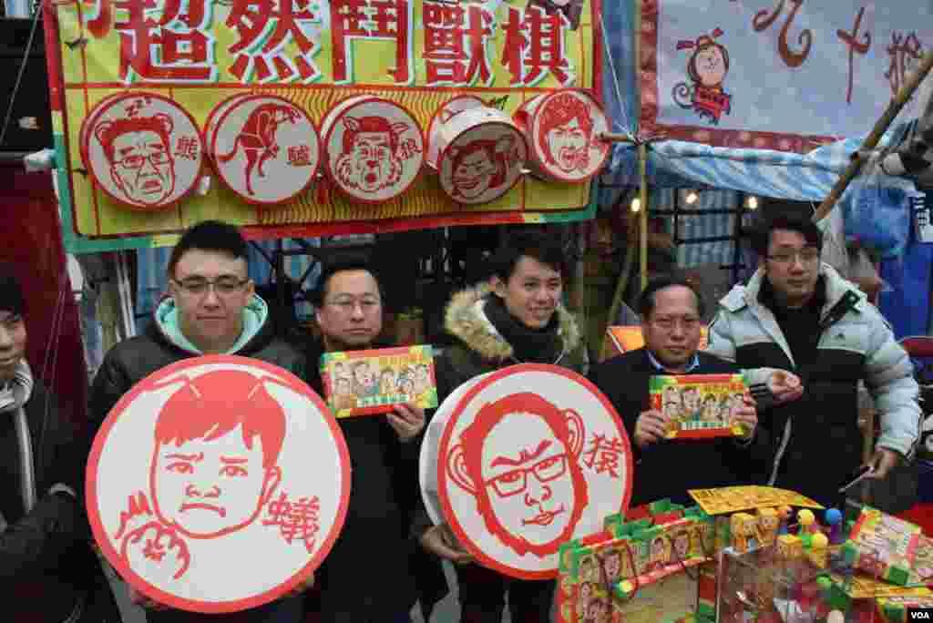 香港民主黨創意媒體部部長黎敬瑋(左一)、副主席羅健熙(中)、前主席何俊仁(右二)出席年宵攤位揭幕。(美國之音湯惠芸攝)