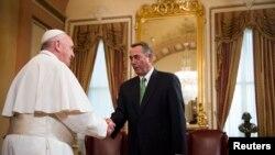24일 미 의회 연설을 위해 도착한 프란치스코 교황(왼쪽)이 존 베이너 하원의장을 면담하고 있다.