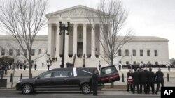 Thi hài của thẩm phán Antonin Scalia được đưa đến Tối cao Pháp viện ở Washington ngày 19/2/2016.