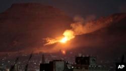 Khói và lửa bốc lên sau khi một cuộc không kích do A-rập Xê-út dẫn đầu đánh trúng một địa điểm được coi là một trong những kho vũ khí lớn nhất ở ngoại ô thủ đô Sanaa của Yemen ngày 14 tháng 10 năm 2016.