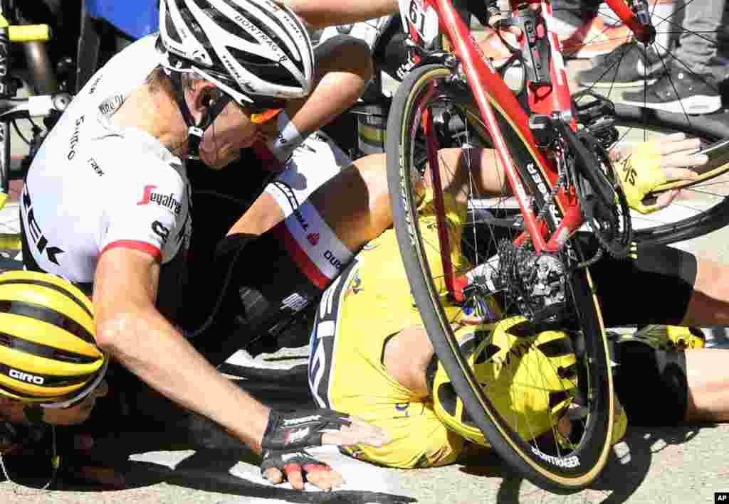 កីឡាករប្រណាំងកង់របស់ប្រទេសអង់គ្លេសលោក Chris Froome នៅក្នុងឯកសណ្ឋានព័ត៌មានលឿង (ខាងស្តាំ) និងកីឡាករ Bauke Mollena ពីប្រទេសហូឡង់ (កណ្តាល) និងកីឡាករ Richie Porte ពីប្រទេសអូស្រ្តាលី បានប៉ះទង្គិចគ្នានៅចុងបញ្ចប់នៃដំណាក់កាលទី១២ នៃការប្រកួតប្រណាំងកង់ Tour de France ដែលបានចាប់នៅក្រុង Montpellier ហើយបញ្ចប់នៅក្នុងរយៈចម្ងាយប្រាំមួយគីឡូម៉ែត្រ (៣,៧ ម៉ាយ) មុនដល់ភ្នំ Mount Ventoux ប្រទេសបារាំង។