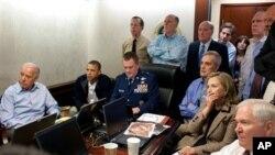 Rais Barack Obama(L) mwenye jaketi jeusi na timu yake ya usalama wa taifa wakifuatilia oparesheni ya siri iliyopelekea kuuwawa Osama bin Laden nchini Pakistan