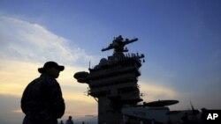 """Авианосец """"Карл Винсон"""" на швартовке в заливе Дананг, Вьетнам"""